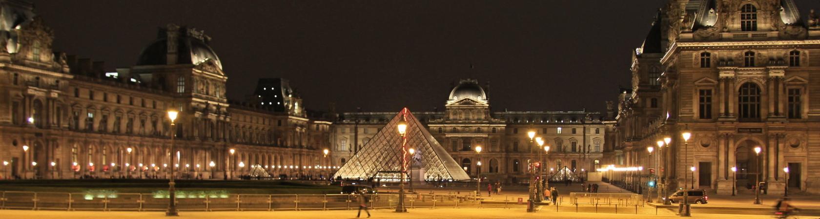Paris Louvre bei Nacht