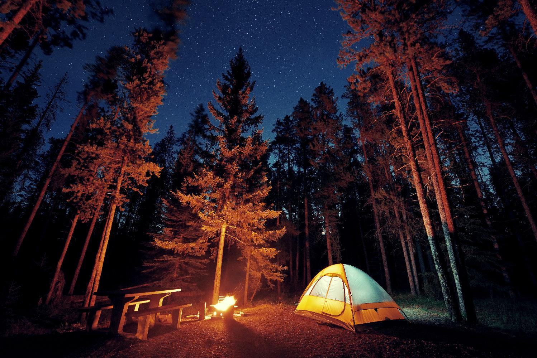 Alberta Camping unter Sternen mit Lagerfeuer ©123RF