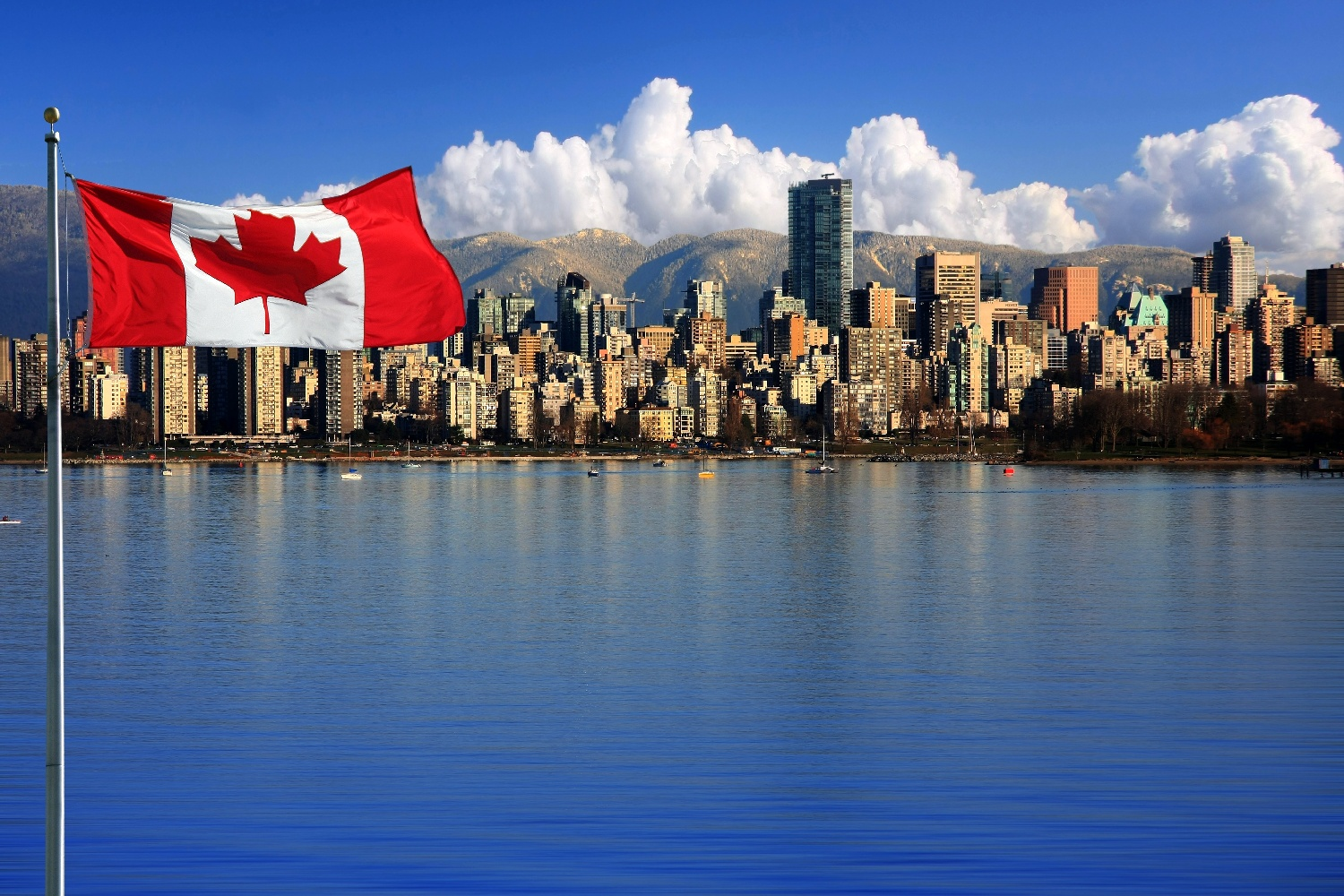 Vancouver Skyline mit Flagge ©123RF