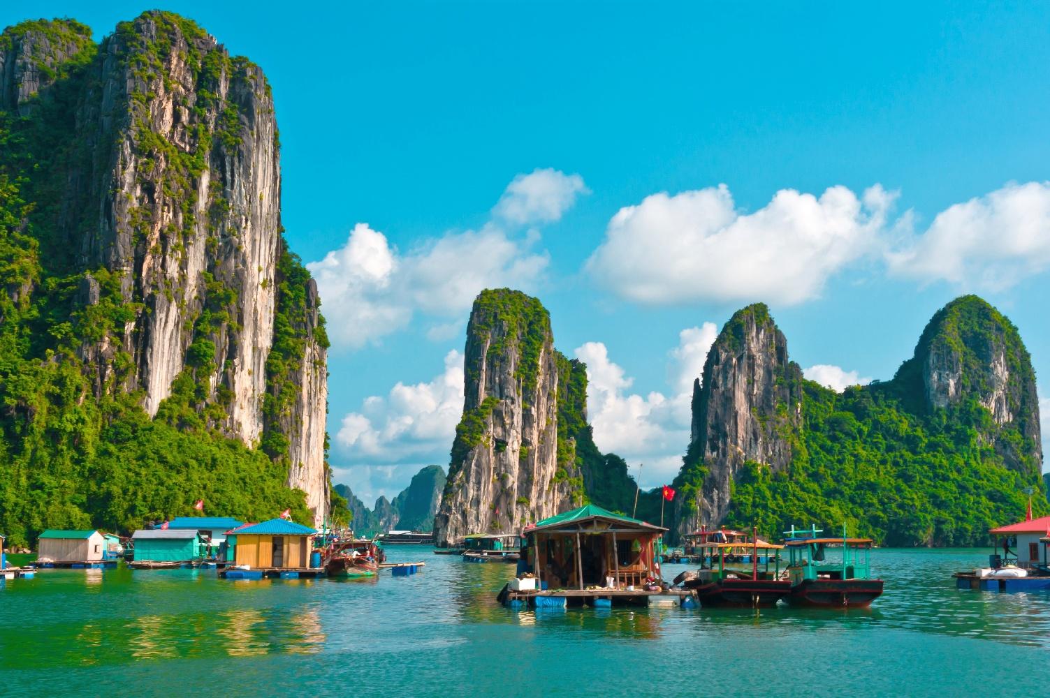 Schwimmende Fischerdorf in Halong Bay, Vietnam, Südostasien. © 123RF.com